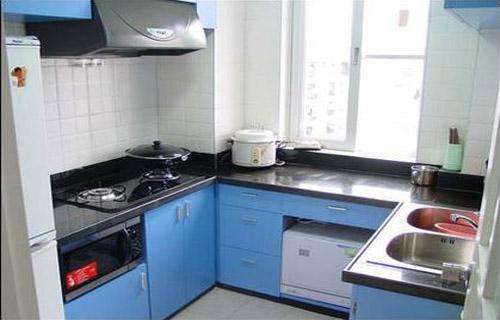 廚房裝修效果圖一:   小廚房需充分利用拐角,墻面選擇單一的淺色墻磚