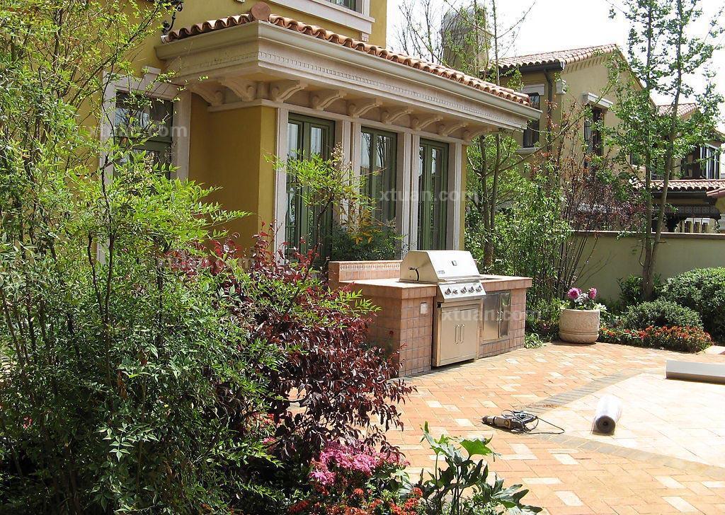 别墅中的庭院一般都有种植植物,植物有助于消减现代家居中各类用品产生的辐射和静电。植物也可通过光和作用,释放氧气,为居所提供新鲜的空气。而许多植物因其特殊的质地和功能,更具有灵性,对家居会起着保护作用。但是别墅庭院的植物风水也有一些禁忌哦。 别墅庭院