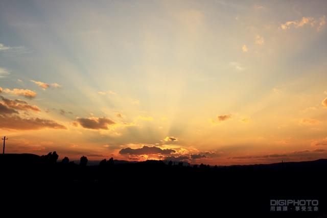 在日落摄影中摄影者还可以利用水中的倒影使夕阳拥有对称的效果.