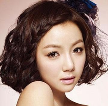 但作为新娘发型似乎有点平淡,在头发一侧加上编发,清爽可爱又有个性