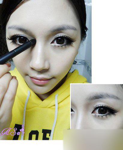 步骤七  用刚才画眼影的刷子蘸取少量的哑光的浅棕色眼影,从眉头