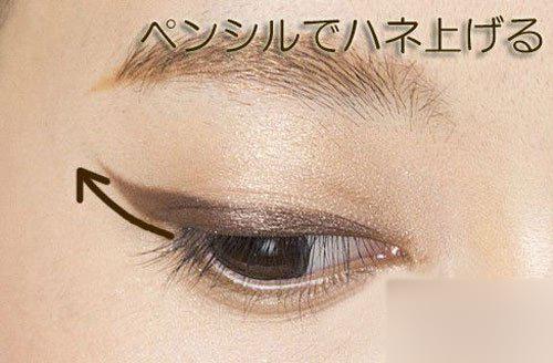 并强调眼线的尾端描绘,爱尚网与姐妹们分享小眼睛猫眼妆的画法,你也图片