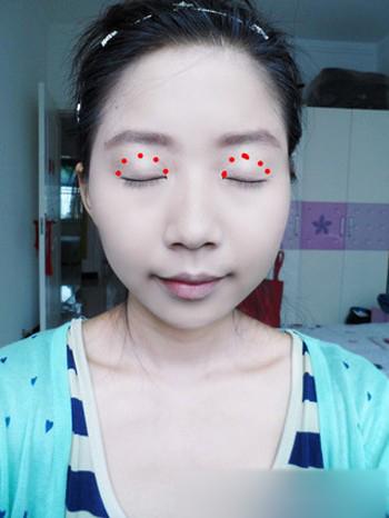 萌妆步骤三:利用棕黑色的眉笔顺着眉毛勾勒大致眉形,然后将整个眉毛