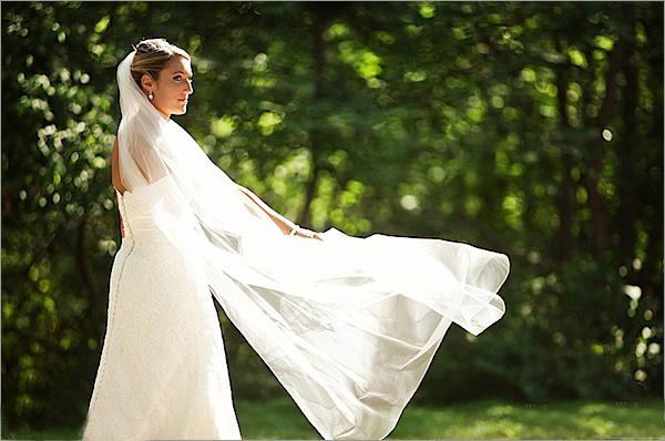 下图中,我让新娘坐在地板上,对焦于她的脸部和发饰,将身体的其他部位